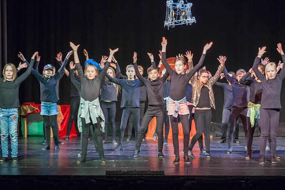 Fleißig probten die Schüler der Kreativgrundschule im Fritz Theater ihre Aufführung für die diesjährige Schultheaterwoche.