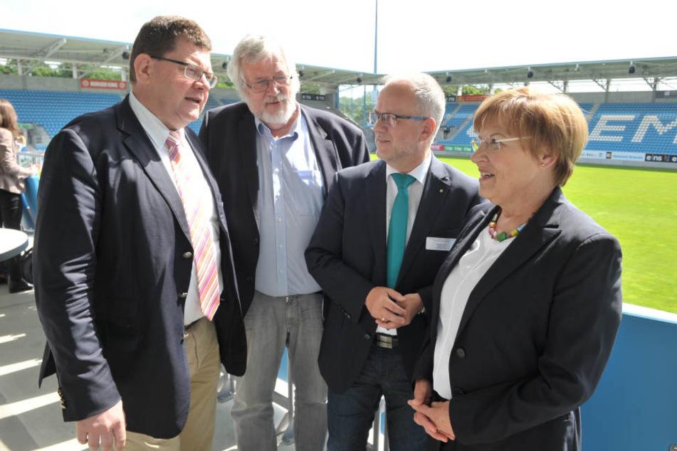 Diskutieren über eine besser Berufsberatung: Bürgermeister Philipp Rochold (55, parteilos), Winfried Kruse (69), Stefan Skora (57, CDU), Bürgermeister von Hoyerswerda und Kultusministerin Brunhild Kurth (63, CDU, v.l.)