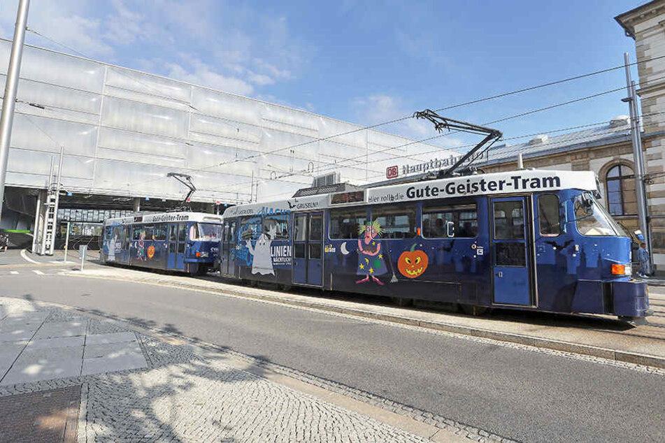 """Dienstag, 13.01 Uhr: Als """"Gute Geister""""-Tram verlässt der Tatra-Zug den Hauptbahnhof. In diesen Waggons gab es rund um Halloween gruselige Kinderprogramme. Spätestens 2020 bleibt diese Bahn aber im Depot."""