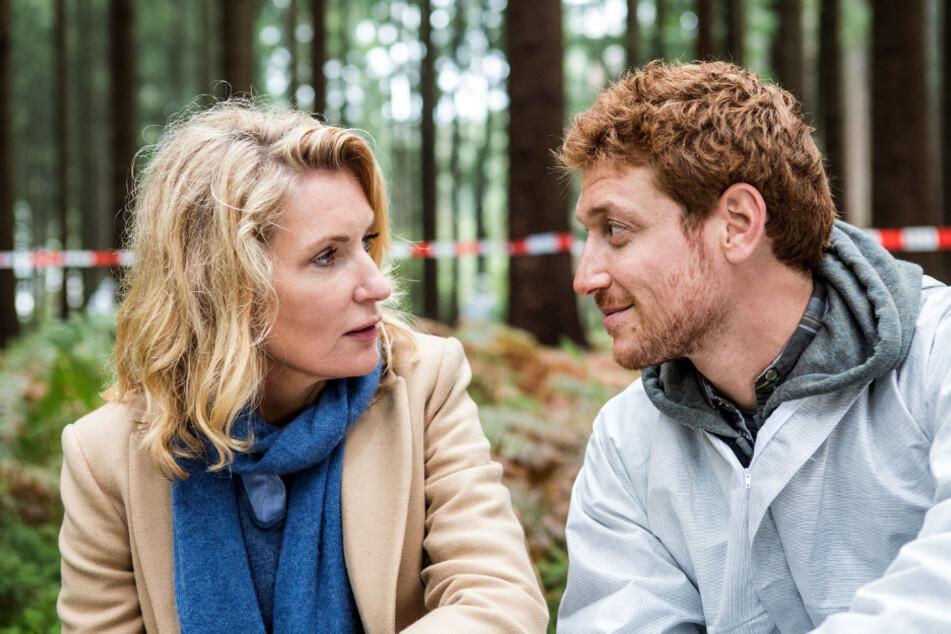 Charlotte (Maria Furtwängler) ist entzückt: Nick (Daniel Donskoy) ist der diensthabende Pathologe am Fundort der Leiche.