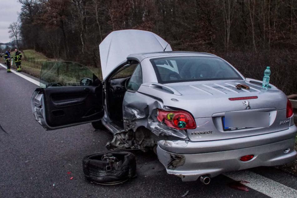 Dieser Peugeot einer 54-Jährigen war wegen technischer Probleme liegengeblieben.