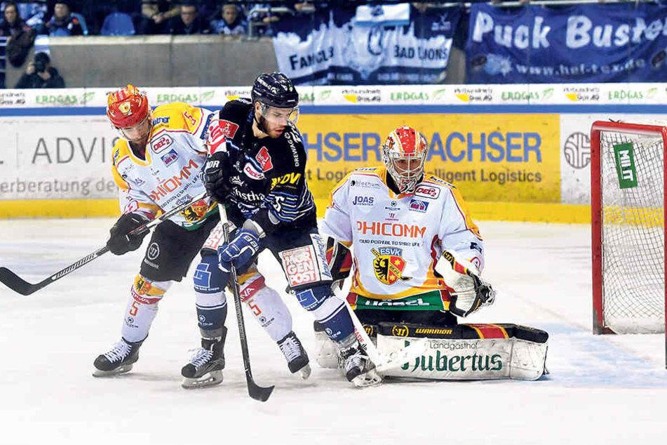 Sebastian Zauner (M.) erzielte am Sonntag das erste Tor für die Eislöwen. Hier scheitert er aber knapp gegen Kaufbeurens Goalie Stefan Vajs (r.)und Verteidiger Jannim Woidtke.