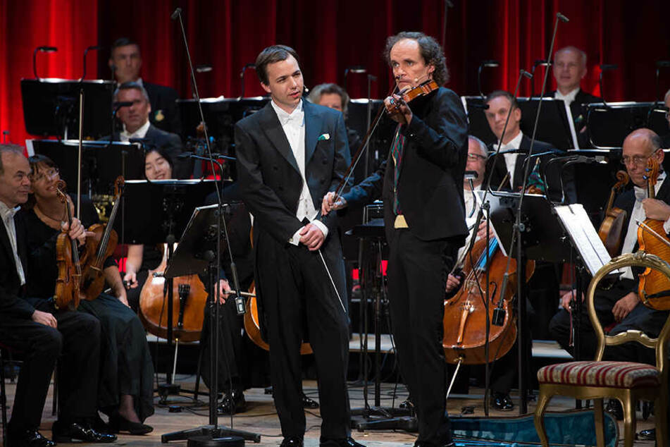 """Dominik Beykirch (26) und Comedian Olaf Schubert und das MDR Sinfonieorchester bei der Aufzeichnung von """"Olaf Schubert und die ziemlich große Oper"""" in Dresden."""