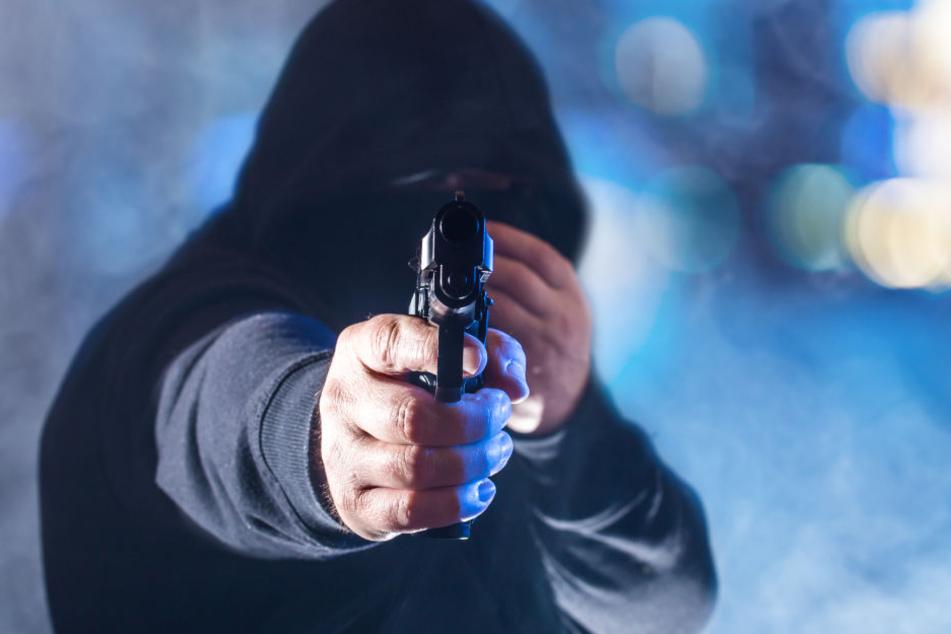 Einer der Männer war mit einer Pistole bewaffnet. (Symbolbild)