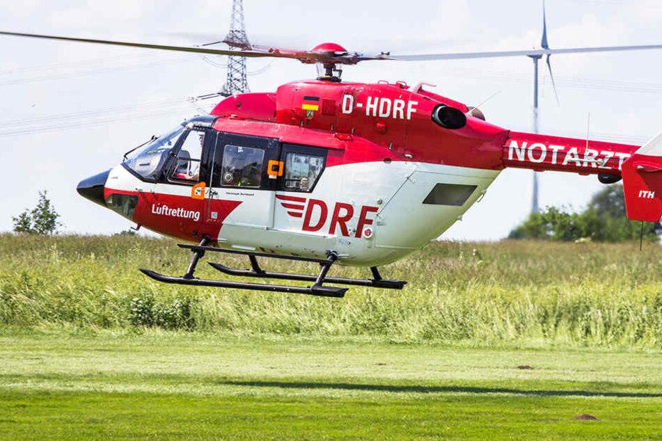 Mit dem Rettungshubschrauber wird der Junge in eine Spezialklinik geflogen (Symbolbild).