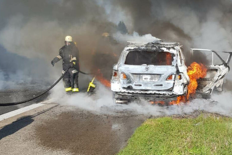 Glück im Unglück: die fünfköpfige Familie konnte rechtzeitig den Wagen verlassen, ehe er zur tödlichen Feuer-Falle wurde.