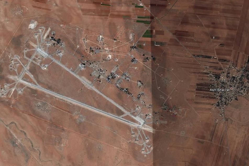 Die undatierte Luftaufnahme zeigt das al-Shayrat Flugfeld in Syrien (l) und die Stadt Sha'irat (Shayrat), rechts neben dem Flugfeld vor dem Luftschlag.