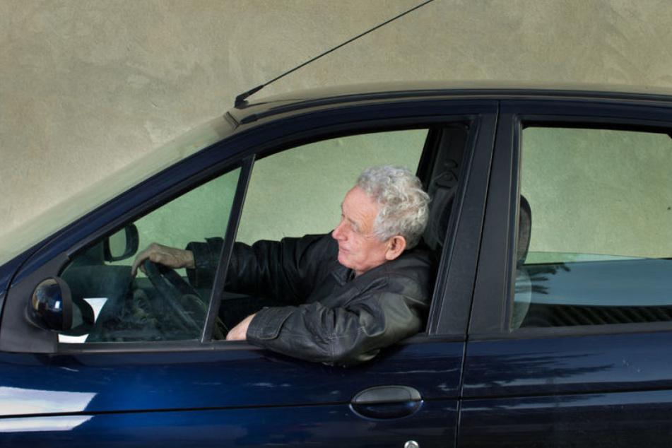 Die mehrfachen Anweisungen, seinen Pkw zu wenden, befolgte der 80-Jährige nicht, fuhr einfach weiter und stieß gegen einen Polizisten.