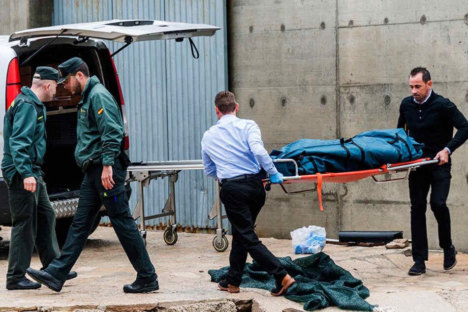 Ein Bestattungsunternehmen transportiert die Leiche des 65-Jährigen ab.