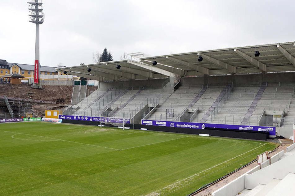 Im Dezember soll das lila-weiße Schmuckkästchen fertig sein und 16.400 Fans Platz bieten. Derzeit wird fleißig an der Haupttribüne gearbeitet.