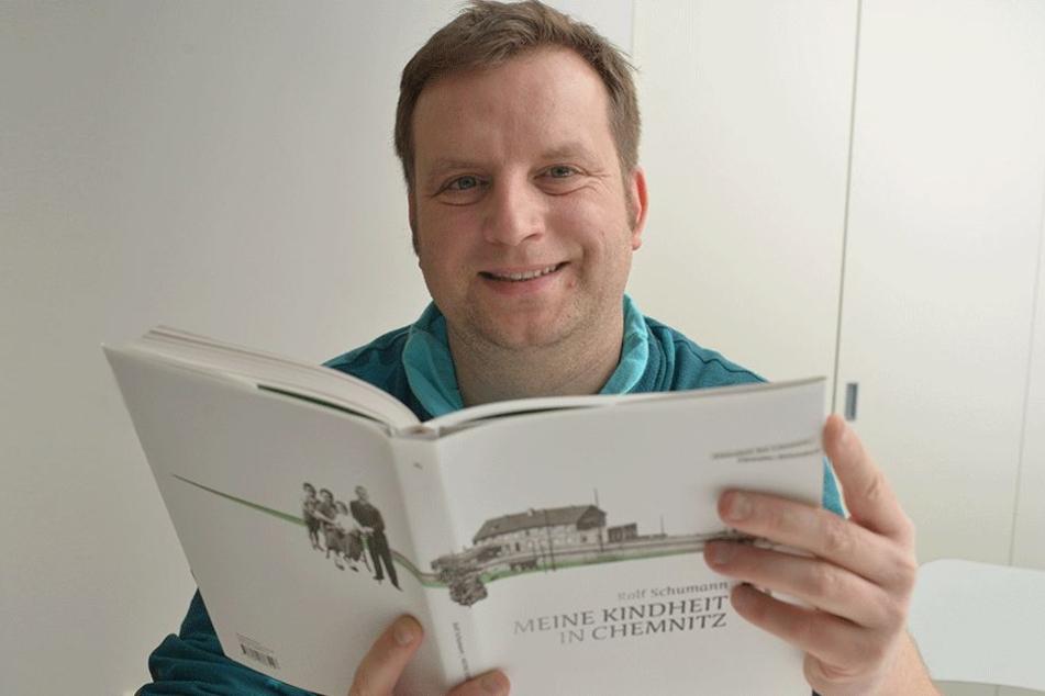 """Verleger Christian Wobst (38) zeigt die neue Autobiografie """"Meine Kindheit in Chemnitz""""."""