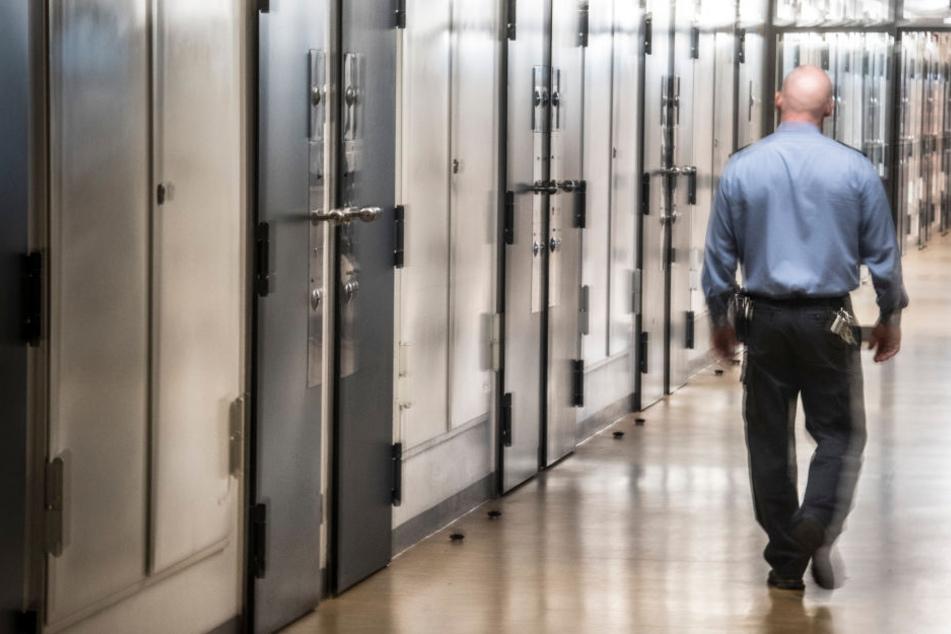 Der 22-Jährige muss sechseinhalb Jahre hinter Gitter. (Symbolbild)