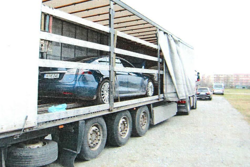 Dieses Bild bot sich den Beamten, als sie die Plane des Lasters zurückschlugen: geklaute Tesla im Wert von über 200.000 Euro.