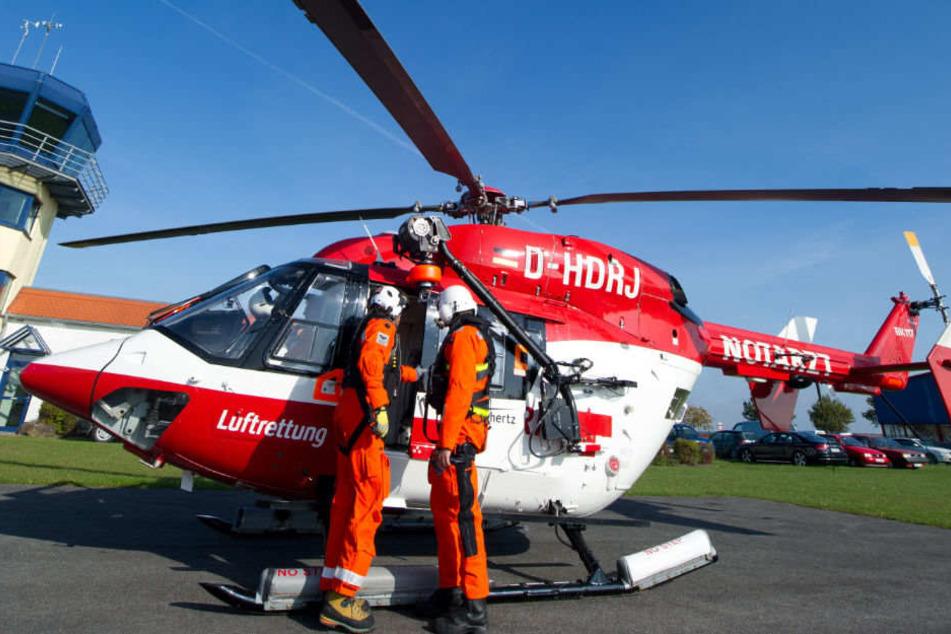 Ein Rettungshubschrauber musste das Opfer in eine Klinik fliegen. (Symbolbild)