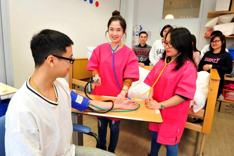 Thi Hong Tham Hoang (27, l.) und Thi Thuy Hoang (29) lernen auf dem Medi Campus in der Rochlitzer Straße die ersten Handgriffe als Pflegefachkräfte.
