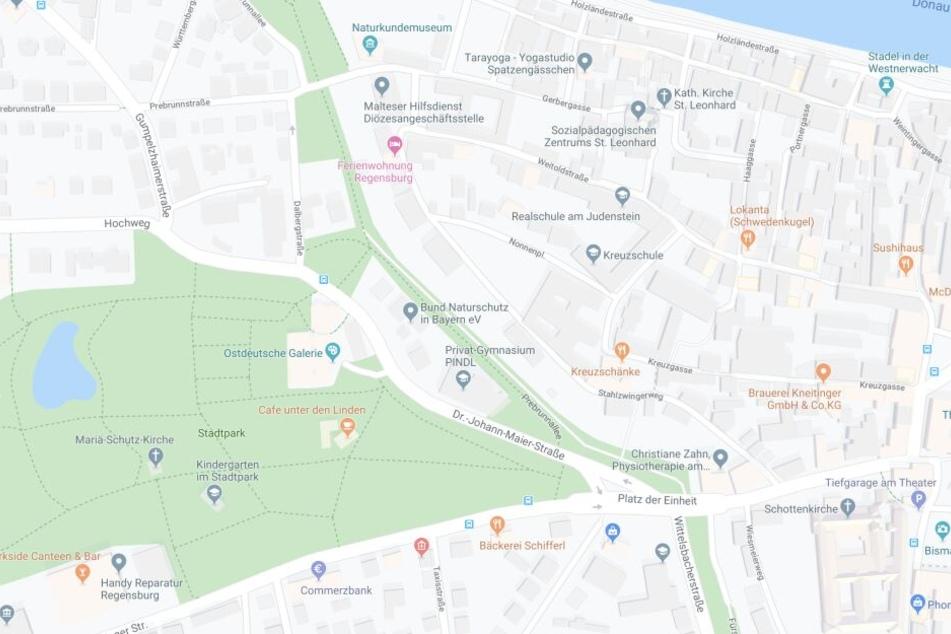 In Regensburg sind zwei Menschen von einem Taxi erfasst und schwer verletzt worden.