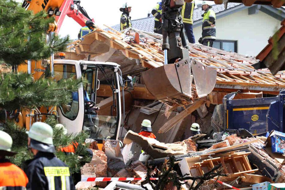 Helfer tragen Teile eines zerstörten Wohnhauses ab. In den Morgenstunden kam es dort zu einer Explosion, Menschen wurden dabei verschüttet.