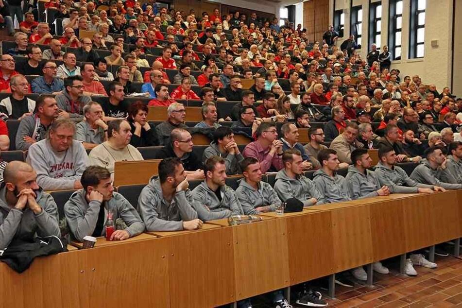 Volles Auditorium bei der Mitgliederversammlung des FSV Zwickau.