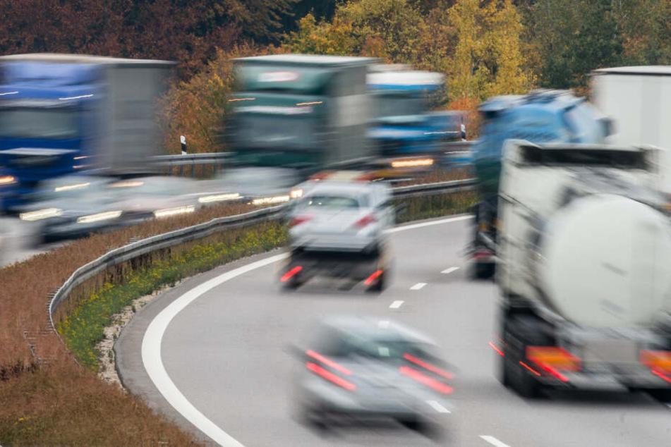 Auf der A8 baute streifte ein Lkw die Leitplanke und fuhr dann in eine Böschung. (Symbolbild)