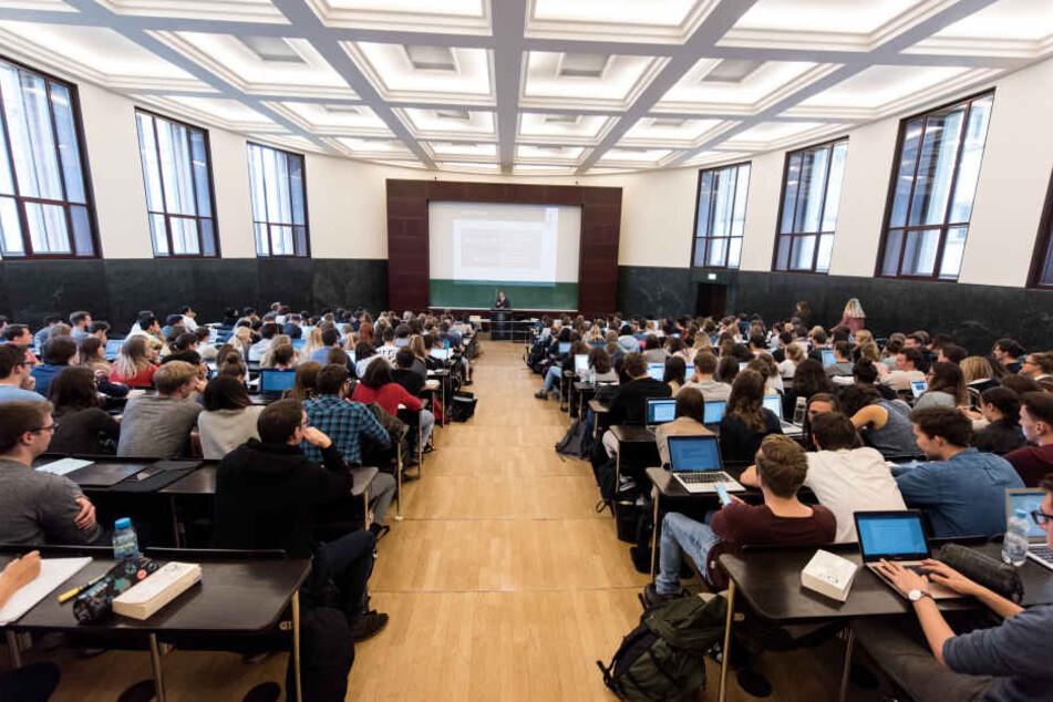 Ein Professor vor Studenten eine Vorlesung. (Symbolbild)