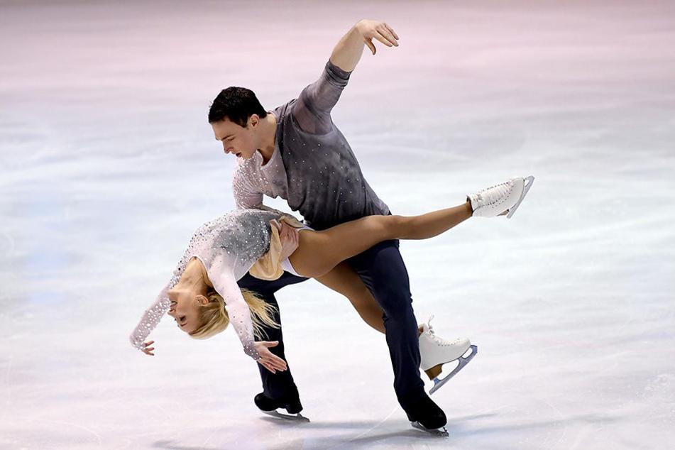 Das Traumpaar kommt nach Hause: Bruno Massot (27) hebt seine Partnerin Aljona Savchenko (32) in die Luft.