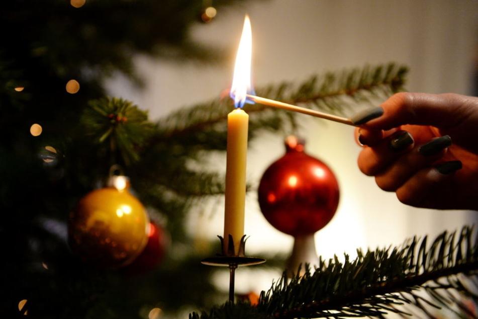 Die Kerze wurde vergessen und setzte die Weihnachtsdeko in Brand. (Symbolbild)