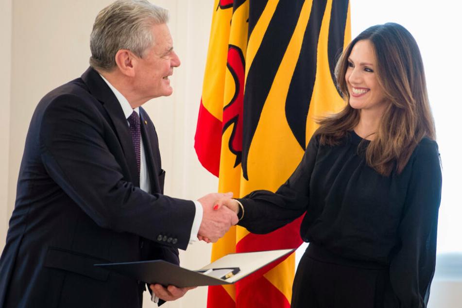 Bundespräsident Joachim Gauck verlieh am 2017 zum Internationalen Frauentag den Verdienstorden der Bundesrepublik Deutschland an die Moderatorin Nazan Eckes im Schloss Bellevue in Berlin.