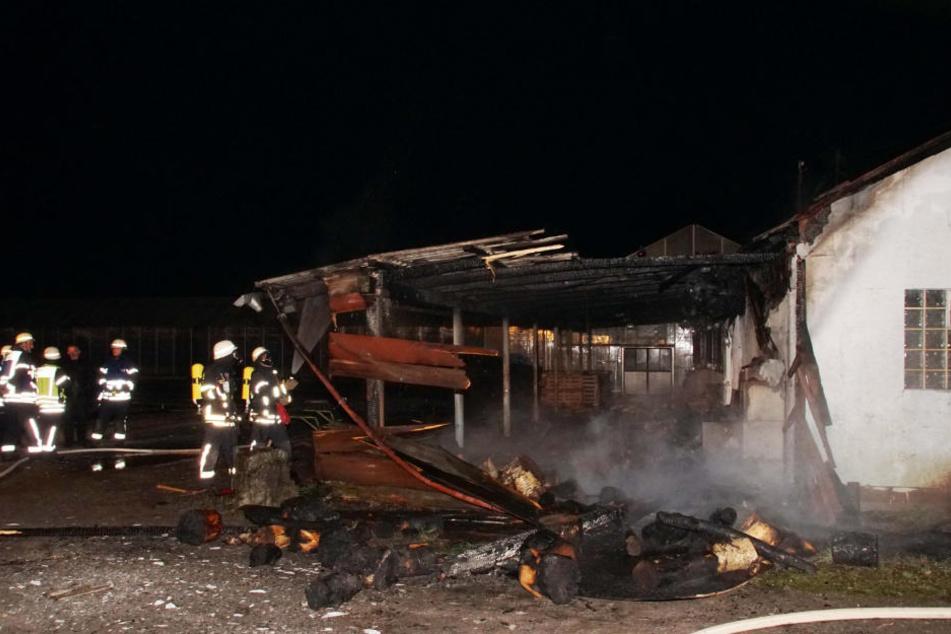 Das Gebäude brannte völlig aus. Die Feuerwehr löscht den Brand.