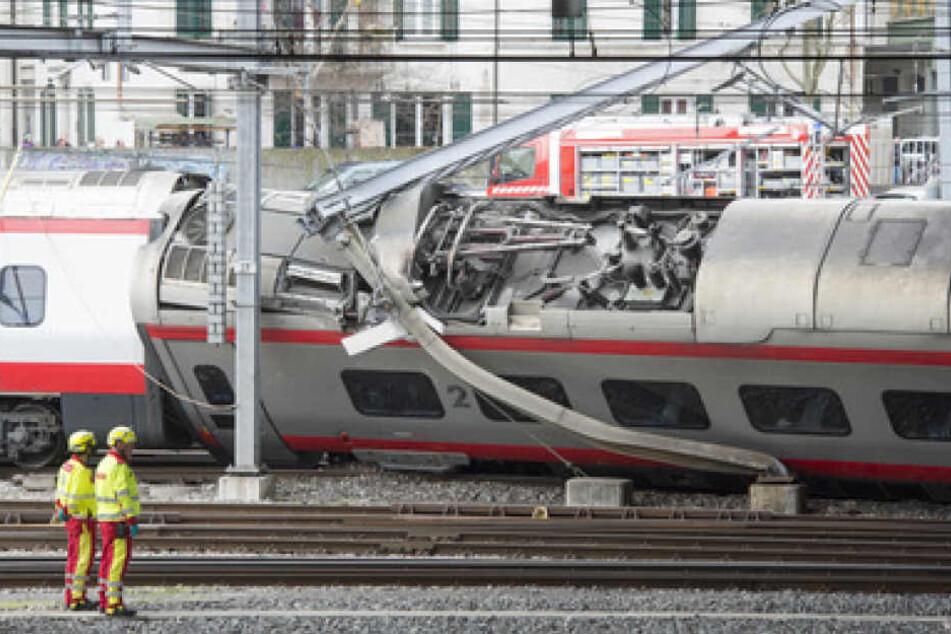 Rettungskräfte befreiten dutzende Menschen aus dem entgleisten Zug.