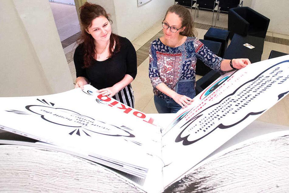 """Helena Horakova (21, l.) und Maria Schneider (27) in der """"Mangamania""""-Ausstellung in Augustusburg."""