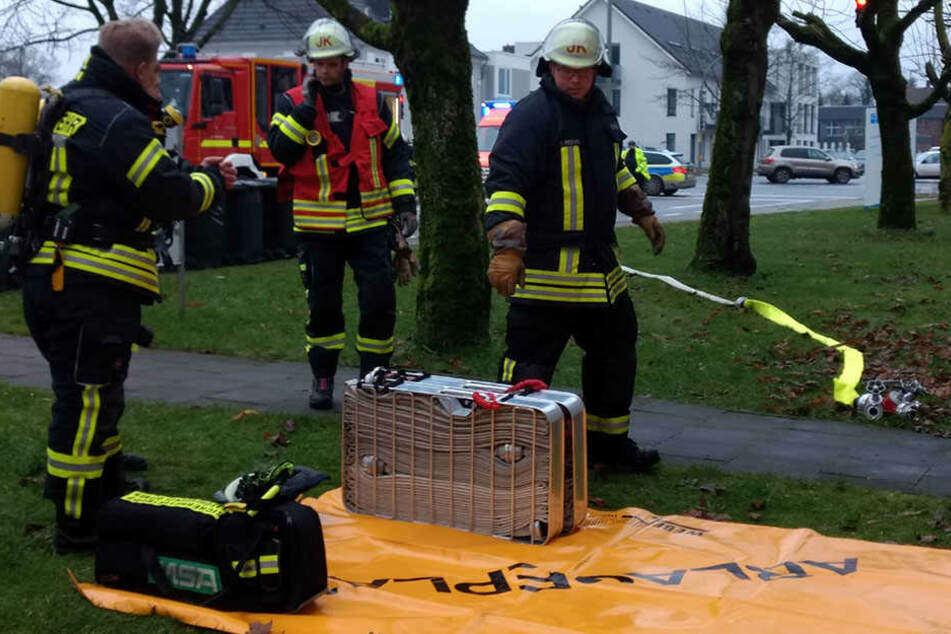 Die Einsatzkräfte gingen mit Atemschutz in die Wohnung des Opfers.