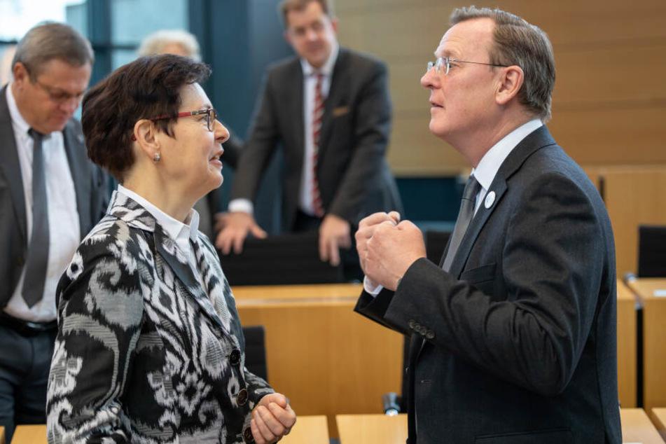 Bodo Ramelow gestikuliert neben Heike Taubert vor seiner Regierungserklärung u.a. zur Langzeitstudie Thüringen-Monitor.