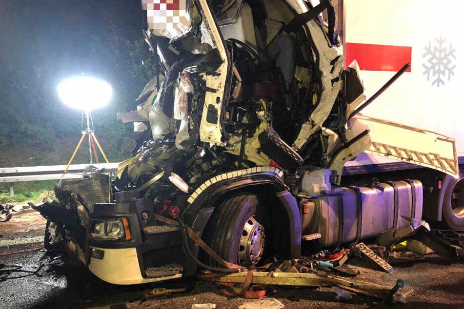 Lkw rast ins Stauende: Führerhaus komplett zertrümmert