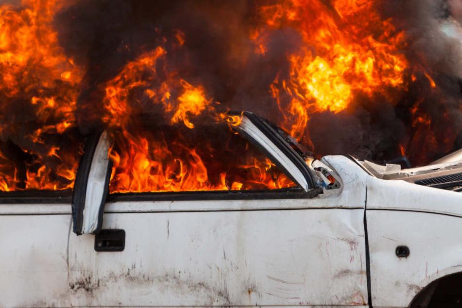 Nachdem sich der 20-Jährige befreit hatte, ging der Wagen in Flammen auf. (Symbolbild)