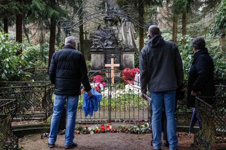 Besucher stehen vor der Grabstätte des Schauspielers auf dem Ohlsdorfer Friedhof