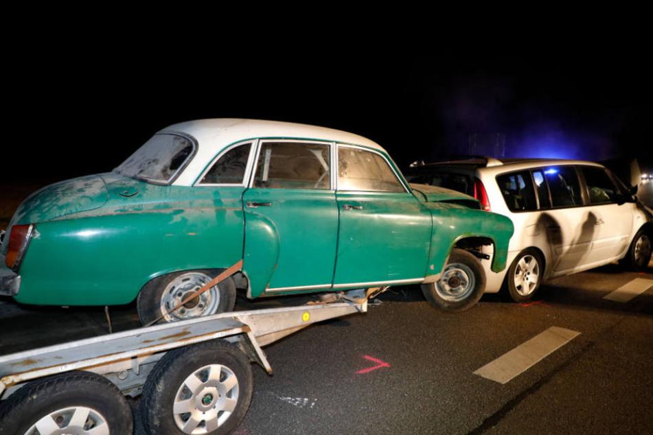 Der Wartburg 311, den der Renault auf einem Anhänger hatte, schob sich auf das Auto.