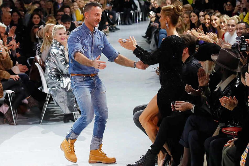 Celine Dion beglückwünscht den Modedesigner Alexandre Vauthier nach der Schau in Paris.