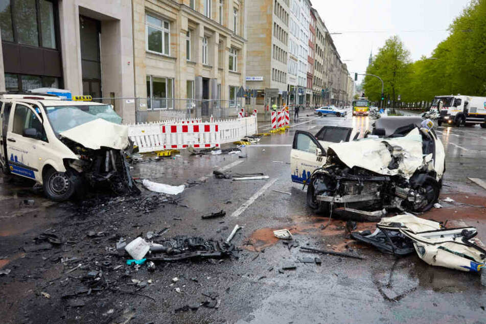 Die Wracks von zwei nach einem Unfall komplett zerstörten Taxis liegen am Ballindamm auf der Straße.