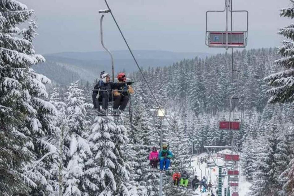 Am oberen Ende der Lifttrasse verhakten sich die beiden Wintersportler mit den Skiern und stürzten deshalb ab.