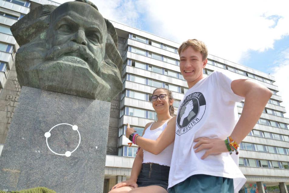 """Jetzt wissen sie, dass er hier """"Nischel"""" heißt: Die von weit her angereisten """"Kosmonaut""""-Besucher Sara (16) und Julius (18)."""