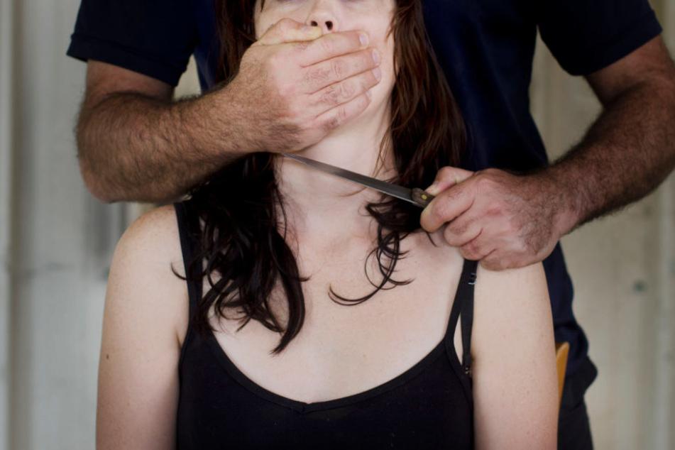 Er soll ihr mit einem Messer mehrfach ins Gesicht und den Hals gestochen haben (Symbolbild).