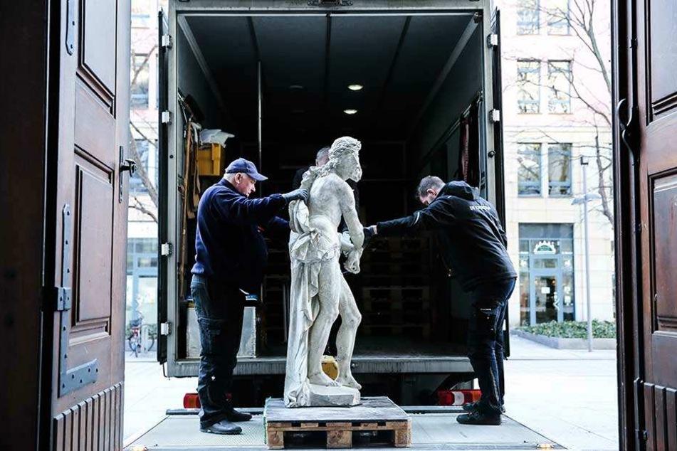 """Mittwoch luden die Logistiker die """"Ecce-Homo-Christus""""-Figur in einen Laster, brachten sie in ein Depot."""