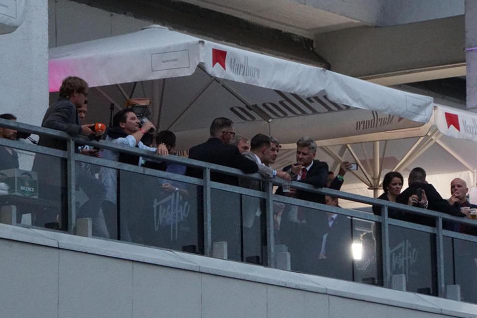 """Im """"Traffic"""" wurde weitergefeiert: Journalisten und AfD-Anhänger auf dem Balkon des Hochhauses."""