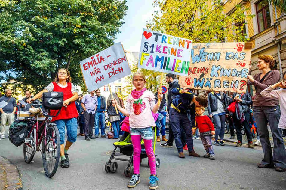 Mit selbst gebastelten Transparenten demonstrierten Dresdner gegen die Abschiebung einer fünfköpfigen Familie.