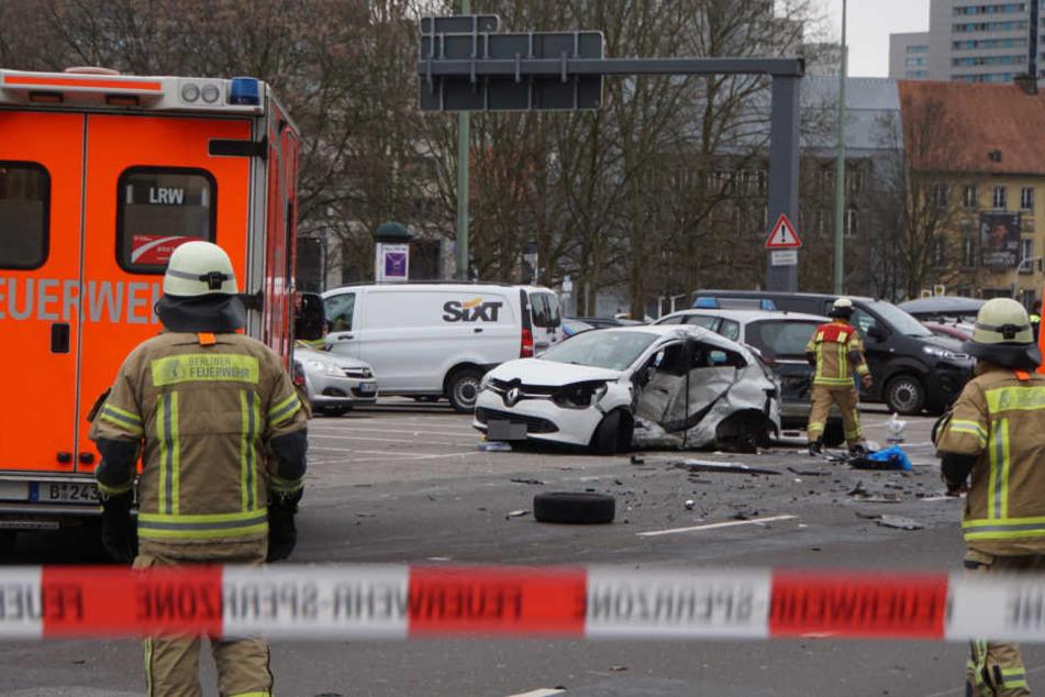 Streifenwagen fährt mit Blaulicht in Auto: Frau kommt ums Leben!