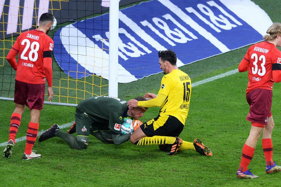Kölns Torhüter Timo Horn (l.) schnappt sich den Ball vor Mats Hummels (Dortmund).