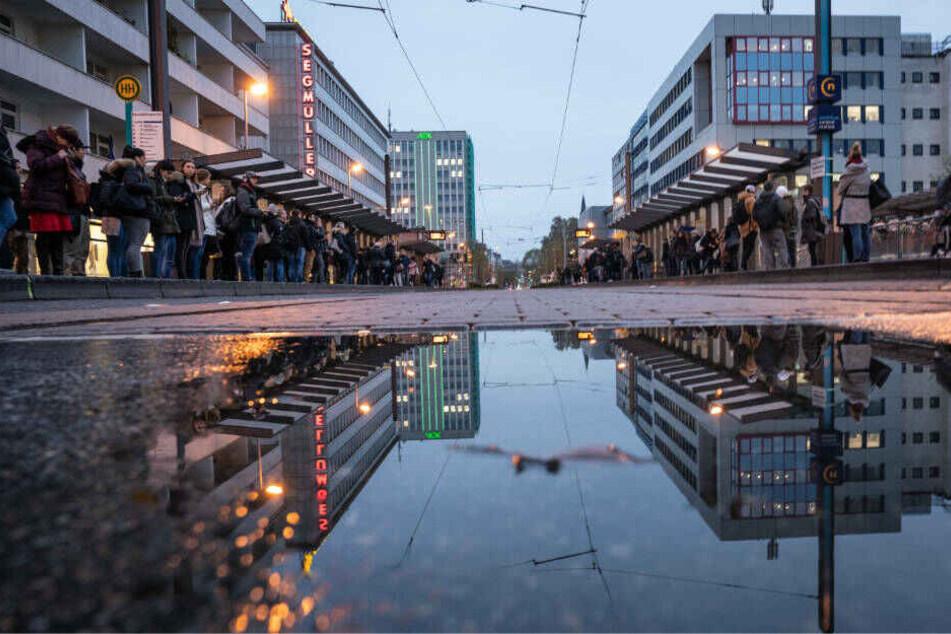 Zahlreiche Menschen warten morgens an einer Haltestelle für Busse und Straßenbahnen an der Konstablerwache in der Innenstadt.