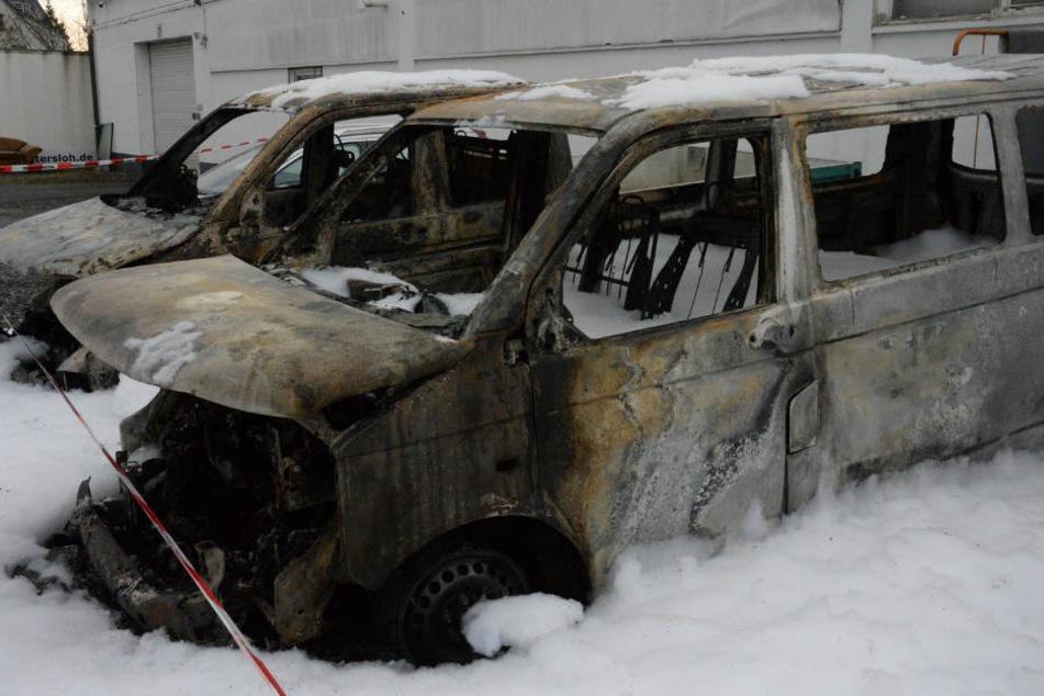 Im VW Bulli soll das Feuer entfacht sein.