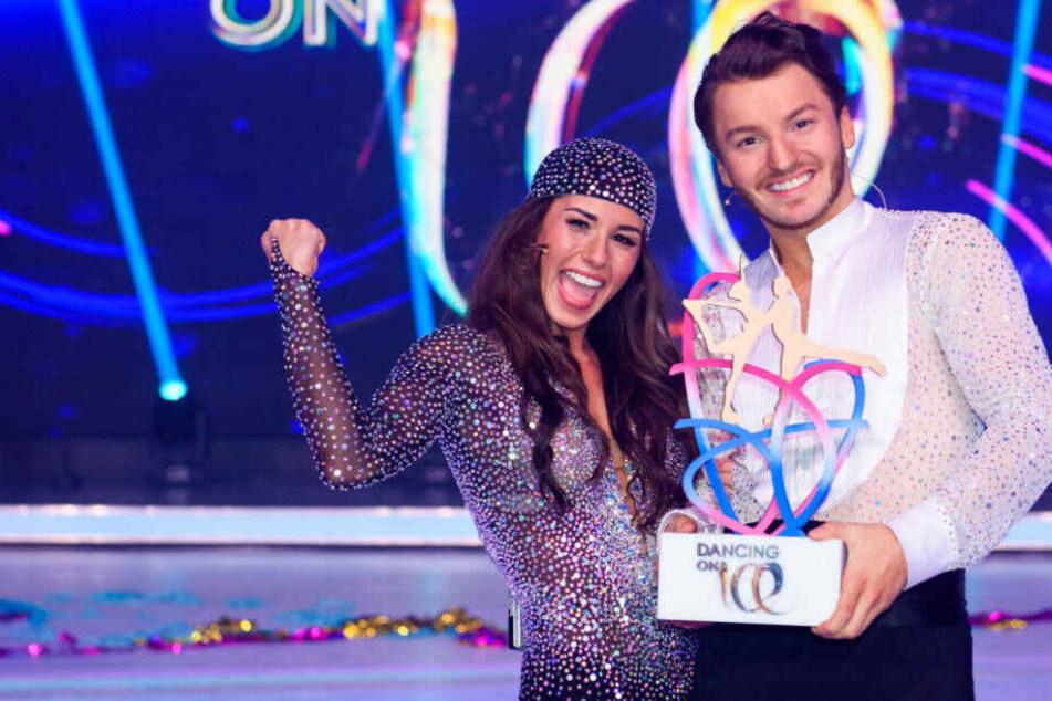 Sarah Lombardi freut sich mit Tanzpartner Joti Polizoakis über ihren souveränen Sieg