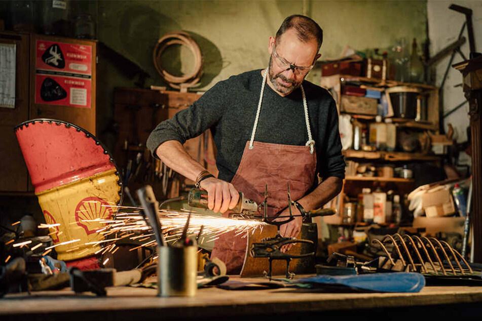 Der Trennschleifer macht aus einem alten Ölfass einen Stuhl mit dem gewissen Etwas: Tischler Björn Asmus (52) verhilft alten Dingen zu einem zweiten Leben.